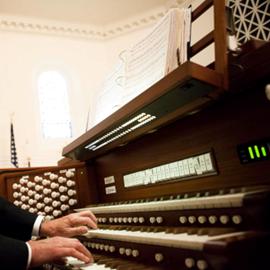 עוגב בעת נגינה - An Organ Being Played