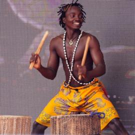 מתופף בתופים אפריקניים - A Drummer Plays On African Drums