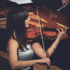 נגנית כינור - A Woman Playing The Violin