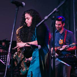 נגנית סקסופון בהופעה - A Woman Playing The Saxophone At A Concert