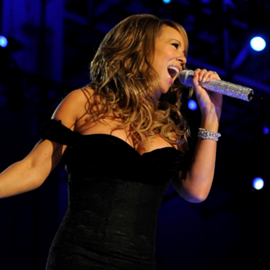 זמרת בהופעה - A Woman Singer At A Concert