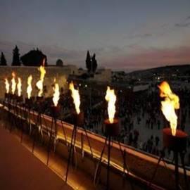חנוכיית לפידים מעל הכותל המערבי - A Hanukkah Menorah Torches Above The Western Wall