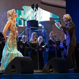 זמרת אופרה, מנצח ומקהלה במופע - An Opera Singer, A Conductor And A Choir In A Performance