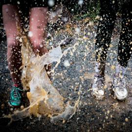 אנשים רצים בבוץ - People Running In Mud