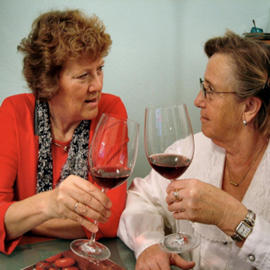 שתי נשים שותות יין ומשוחחות - Two Women Talking And Drinking Wine
