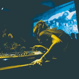 תקליטן בהופעה - A DJ At A Concert