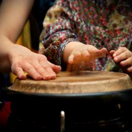 מוסיקאים מתופפים על תוף - Musicians Playing On A Drum