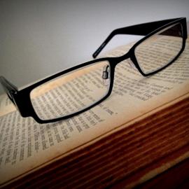 משקפיים על ספר - Glasses On A Book