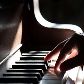 פסנתרן מנגן בפסנתר - A Pianist Playing The Piano