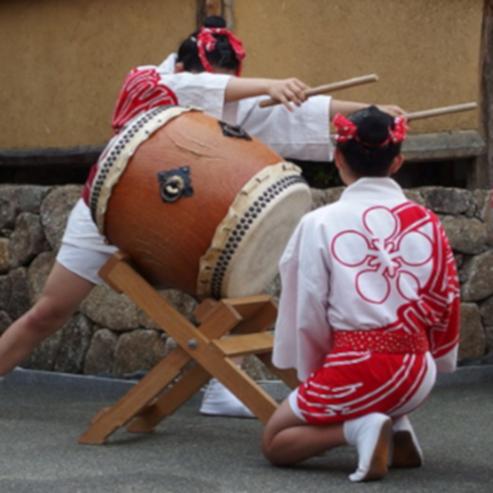 מתופפים מנגנים על תופי טאיקו יפניים - Drummers Play On Japanese Taiko Drums