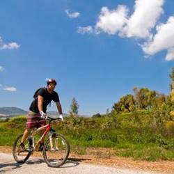 אישה רוכב על אופניים - A woman riding a bicycle