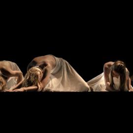 רקדנים במופע מחול מודרני - Dancers In A Modern Dance Performance