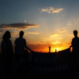 אנשים מול שקיעה במדבר - People Against A Backdrop Of Sunset In The Desert