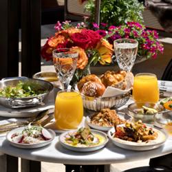 ארוחת בוקר במלון וילה בראון - Breakfast at Villa Brown Hotel