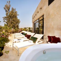 מרפסת עם ג'קוזי במלון וילה בראון - Blacony with hot tub in Villa Brown Hotel
