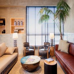 פינת ישיבה במלון מרקט חיפה -  A sitting spot in Market Hotel Haifa
