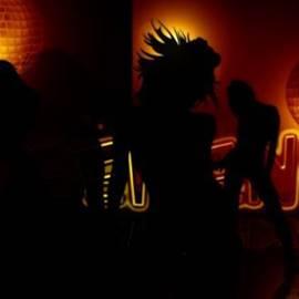 צלליות מצויירות של נשים רוקדות במסיבה - Painted Silhouettes Of Women Dancing At A Party