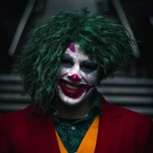 אדם בתחפושת ליצן - A Man With A Clown Costume