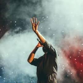 אמן בהופעה - An Artist Performing