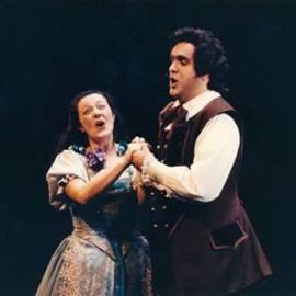 זוג זמרים במופע אופרה - A Pair Of Opera Singers Performing