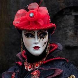 דמות במסיכה יפנית - A Figure In A Japanese Mask