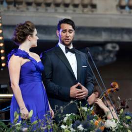 זוג זמרי אופרה בהופעה - A Pair Of Opera Singers At A Performance