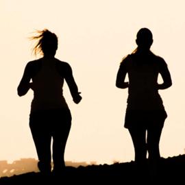 צלליות של זוג נשים רצות - Silhouettes Of Two Women Running