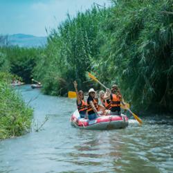 קבוצת נשים על קייק בנהר - A Group Of Women On A Kayak In A River