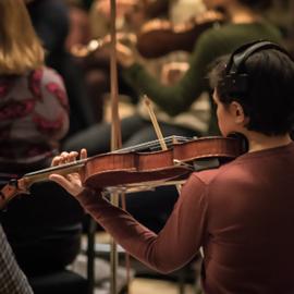 כנר מנגן בקונצרט - A Violinist Playing At A Concert
