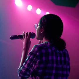 קומיקאית בהופעה - A Comedian Performing On Stage