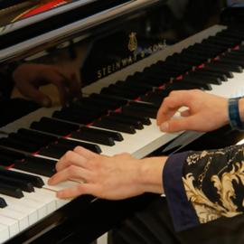 פסנתרן מנגן בקונצרט - A Pianist Playing At A Concert